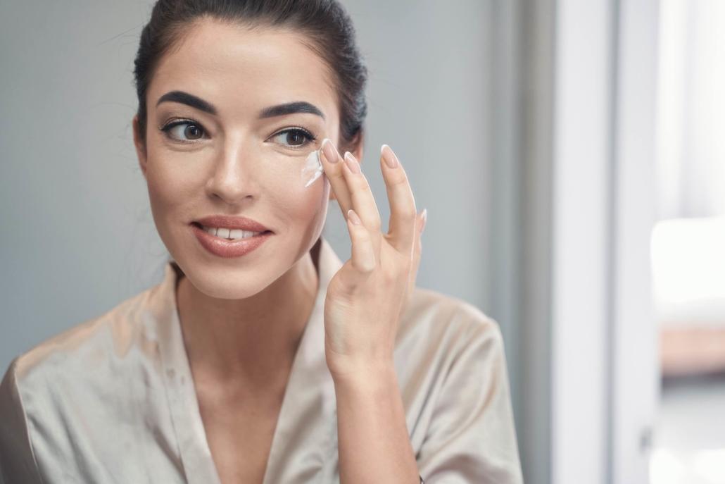 Die Augencreme ist eine Notwendigkeit in Ihrer Gesichtspflege-Routine
